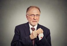 Älterer Mann, der eine versteckte Askarte vom Ärmel auszieht Lizenzfreies Stockbild