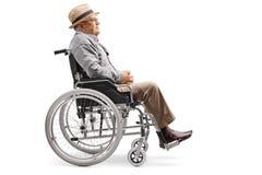 Älterer Mann, der in einem Rollstuhl sitzt stockfotos