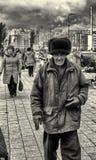 09/10/2015 - Älterer Mann, der einen russischen Ushanka-Bearskin-Pelz-Hut trägt Stockbilder