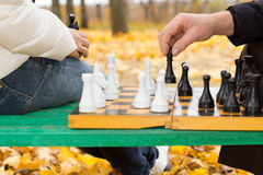 Älterer Mann, der einen Schachzug macht Lizenzfreie Stockbilder