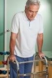 Älterer Mann, der einen Wanderer verwendet Stockbild