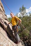 Älterer Mann, der Felsenaufstieg in Colorado beginnt Stockbild
