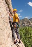 Älterer Mann, der Felsenaufstieg in Colorado beginnt Lizenzfreies Stockfoto