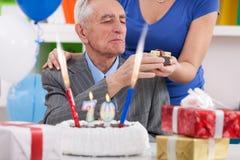 Älterer Mann, der 70. Geburtstag feiert Stockbilder