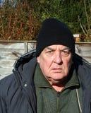 Älterer Mann, der gestört schaut Stockbilder