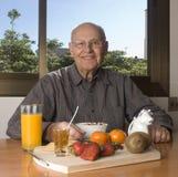Älterer Mann, der gesundes frühstückt Stockbild