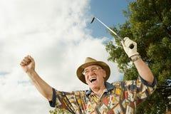 Älterer Mann, der Golf spielt stockfoto
