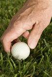 Älterer Mann, der Golf spielt stockfotografie