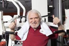 Älterer Mann in der Gymnastik Stockfotografie