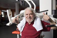 Älterer Mann in der Gymnastik Lizenzfreie Stockbilder