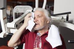 Älterer Mann in der Gymnastik Stockbilder