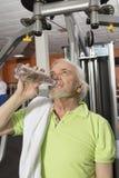 Älterer Mann in der Gymnastik Lizenzfreie Stockfotos