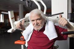 Älterer Mann in der Gymnastik Stockfoto