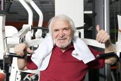 Älterer Mann in der Gymnastik Lizenzfreie Stockfotografie