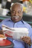 Älterer Mann, der heißes Getränk trinkt stockbilder