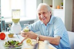 Älterer Mann in der Küche lizenzfreie stockfotografie