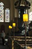 Älterer Mann in der Kirche lizenzfreie stockbilder