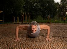 Älterer Mann, der Liegestütze tut Lizenzfreies Stockfoto