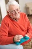 Älterer Mann, der Medikation unter Verwendung des Organisators sortiert Stockfoto
