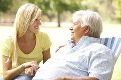 Älterer Mann, der mit erwachsener Tochter spricht lizenzfreies stockbild