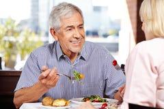 Älterer Mann, der mit Frau während spricht lizenzfreie stockbilder