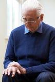 Älterer Mann, der mit Parkinsons Diesease leidet stockfotografie