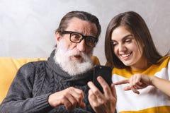 Älterer Mann, der mit seiner Tochter sitzt lizenzfreies stockbild