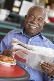 Älterer Mann, der Morgentee trinkt stockfoto