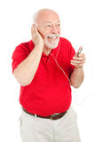 Älterer Mann, der MP3s spielt Lizenzfreie Stockfotos