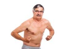 Älterer Mann, der Muskeln zeigt Lizenzfreie Stockbilder