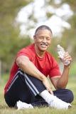 Älterer Mann, der nach Übung sich entspannt Lizenzfreie Stockfotos