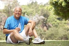 Älterer Mann, der nach Übung sich entspannt Stockbild