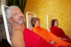 Älterer Mann, der nach Badekurort sich entspannt Stockbilder