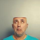 Älterer Mann, der oben offenem Kopf betrachtet Lizenzfreies Stockfoto