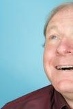 Älterer Mann, der oben schaut Stockfotos