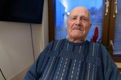 Älterer Mann, der am Pflegeheim in Turku, Finnland sich entspannt stockfotografie