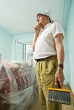 Älterer Mann, der an redecorating denkt lizenzfreie stockfotografie