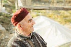 Älterer Mann in der roten Schutzkappe lizenzfreie stockfotografie