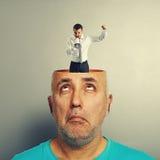 Älterer Mann, der schreienden Geschäftsmann betrachtet Lizenzfreie Stockfotografie