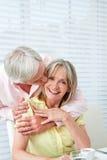 Älterer Mann, der seine Frau küßt Lizenzfreie Stockbilder