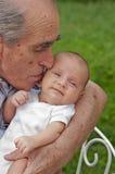 Älterer Mann, der seinen Great-grandson anhält lizenzfreies stockfoto