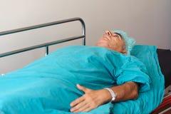 Älterer Mann, der sich vorbereitet, Prostataoperation auf dem strecther durchzumachen Stockbilder