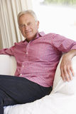 Älterer Mann, der sich zu Hause entspannt Lizenzfreies Stockbild