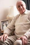Älterer Mann, der sich zu Hause entspannt Lizenzfreie Stockfotografie