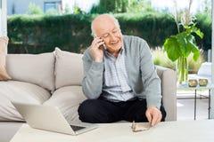 Älterer Mann, der Smartphone am Pflegeheim beantwortet Lizenzfreie Stockfotografie