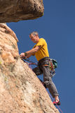 Älterer Mann an der Spitze des Felsenaufstiegs in Colorado Stockfoto