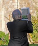 Älterer Mann, der Tablette verwendet Stockfotografie