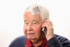Älterer Mann, der am Telefon spricht stockbild