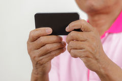 Älterer Mann, der Telefon verwendet Stockbild