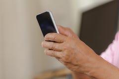 Älterer Mann, der Telefon verwendet Lizenzfreie Stockfotografie